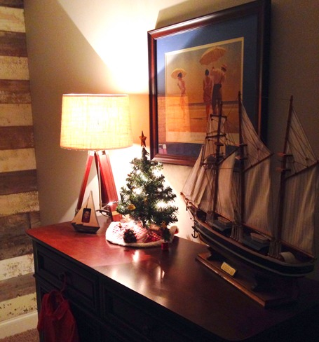 Boys-room-Christmas-decor